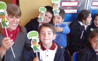 Entregan árboles nativos a niños de Paredones