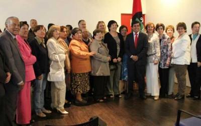 Alcalde de Santa Cruz cumple con profesores jubilados