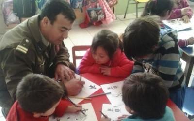 Carabineros de Peumo visitan jardin infantil