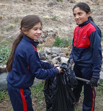 Conaf niños limpian reserva nacional