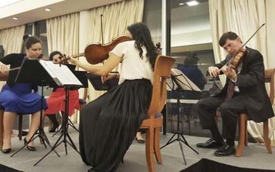 Intendenta en concierto casa embajador USA