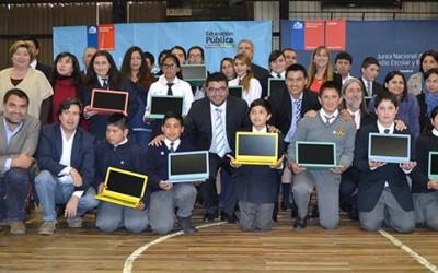 Mineduc entrega notebook a 343 alumnos en San Vicente