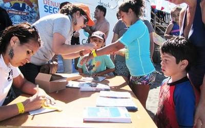 Entregan a turistas material informativo para su seguridad en playas de Bucalemu y Punta de Lobos