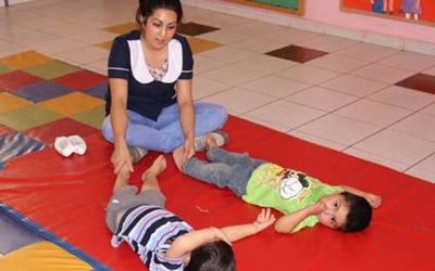 Niños de Integra reciben masajes diarios