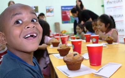 Trabajadores de Starbucks regalan entretencion a niños de Integra
