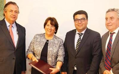 Universidad regional entrega propuesta de estatutos a ministra de Educacion