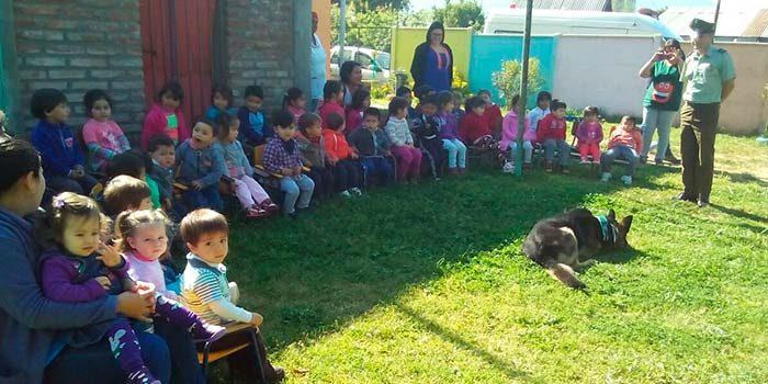 Carabineros de Peumo visitan jardín infantil Los Naranjitos