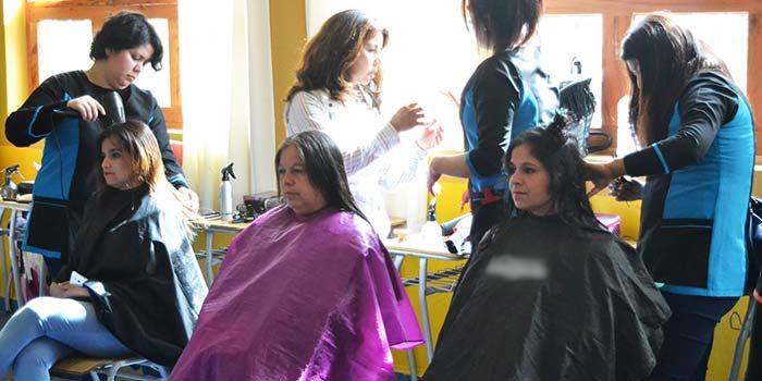Mujeres de Peumo participan de operativo de belleza