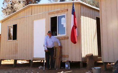 Intendente visita a familias que recibieron casas de emergencia de la Onemi