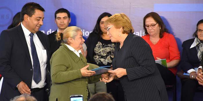Familias de Quinta de Tilcoco reciben subsidios de manos de Presidenta Bachalet
