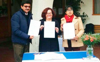 Firman de convenio para creación de Oficina Municipal de la Mujer de Las Cabras