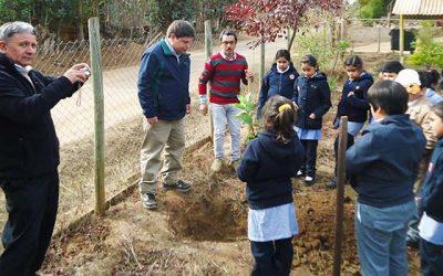 Conaf celebra el Día de la Tierra con alumnos de la escuela de Paredones