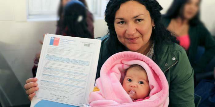 Vecinos de Los Robles de la Cruz 2 reciben subsidios del Minvu