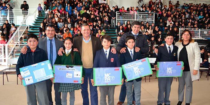 Alumnos de séptimo básico de Mostazal reciben notebook con internet