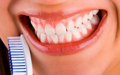 Malos hábitos como morder lápices o clips pueden producir desgaste o fractura del esmalte dental