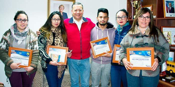 Municipalidad de mostazal entrega nuevas becas para alumnos destacados de la comuna