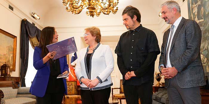 residenta Bachelet se reúne con nietos de Violeta Parra y anuncia cinco mil descargas gratuitas