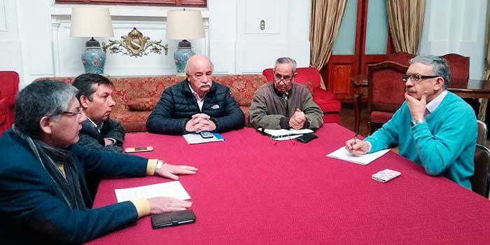 Diputado Letelier se reúne con taxistas no movilizados y condena bloqueo efectuado en aeropuerto de Santiago