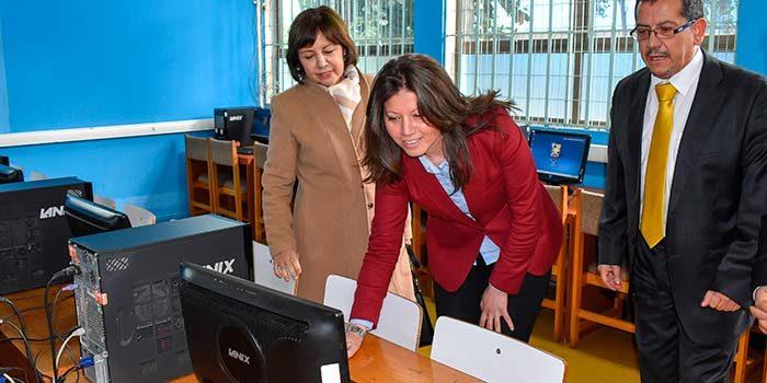 Instituto aiep dona 25 computadores al liceo Eduardo Charme