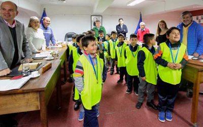 Pequeños futbolistas de rengo visitan concejo municipal donde se les galardonó