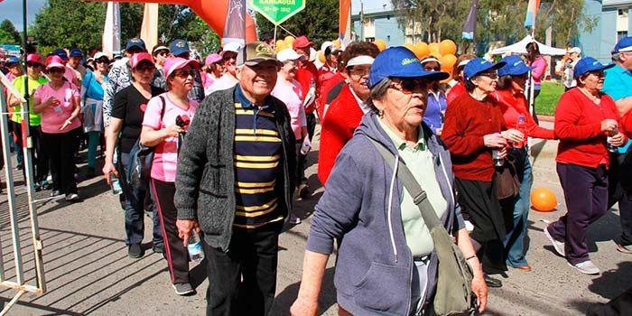 Adultos mayores de Rancagua derrochan energía y entusiasmo en masiva caminata familiar