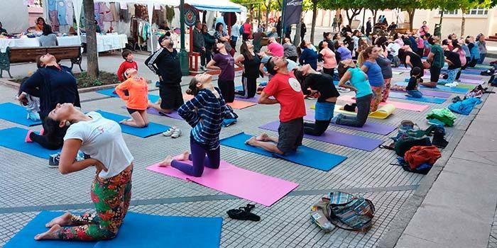 Yogatón reúne a rancagüinos en Plaza de Los Héroes