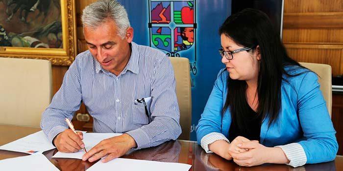 Intendente firma resolución de apertura de acceso a playa Topocalma