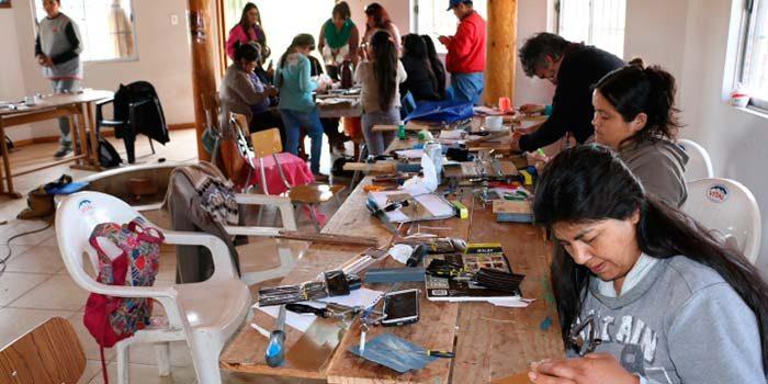 Representantes de pueblos originarios participan en cursos de Mapudungun y talleres de orfebrería