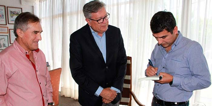 Alcalde de Rancagua recibe de regalo el primer ejemplar del libro