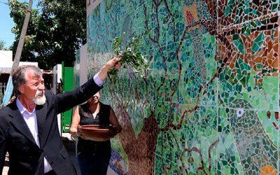 Comunidad de población Dintrans culmina mural colaborativo con técnica de Antonio Gaudí