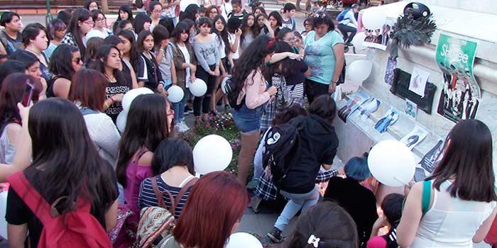 En plaza de Los Héroes de Rancagua fans del K-pop realizan velatón por la muerte de Jong-Hyun