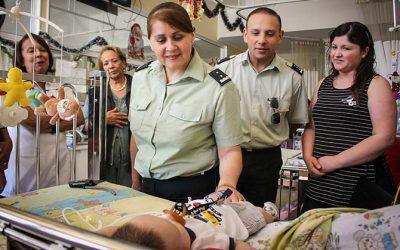 Funcionarios de Gendarmería de Chile visitan a niños internados en el HRLBO