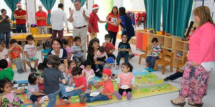 Participantes de Residencia para La Superación adelantan Navidad a niños de jardín Umuntu