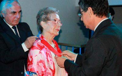 Profesora recibe distinción por su constante promoción de los derechos de niños, niñas y adolescentes