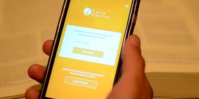 Chilenos crean app para seguir los cantos y lecturas en las misas del Papa en nuestro país
