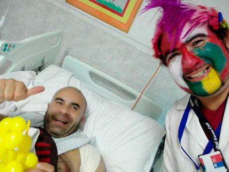 Dr Tocris visita a pacientes hospitalizados del secano costero con su risoterapia