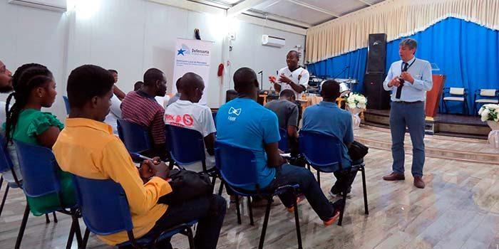 Haitianos residentes en Rancagua asisten a charla sobre justicia penal y derechos