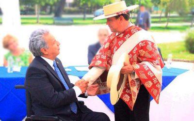 Alcalde de Santa Cruz regala tenida de Huaso a Presidente de Ecuador