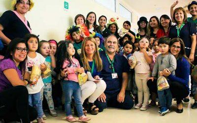 Pequeños de Unidad Educativa Arco Iris del Hospital Regional visitan a director