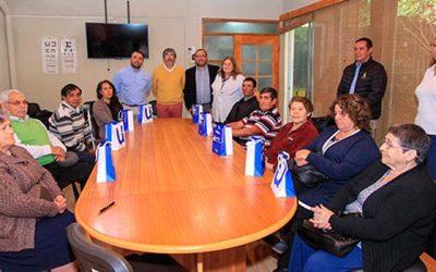Adultos mayores del Cesfam de Rosario reciben audífonos de última generación