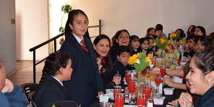 Alcalde de Mostazal desayuna con alumnos destacados de su comuna