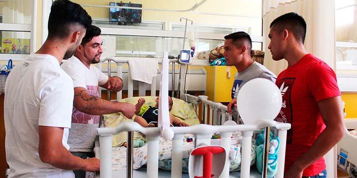 Niños hospitalizados en el HRLBO recibieron visita de jugadores de OHiggins