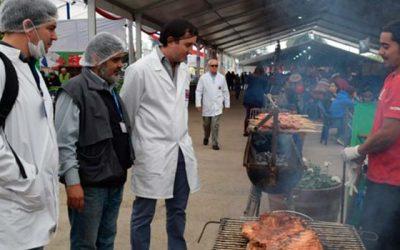 Seremi de Salud fiscaliza puestos de comida en Medialuna de Rancagua