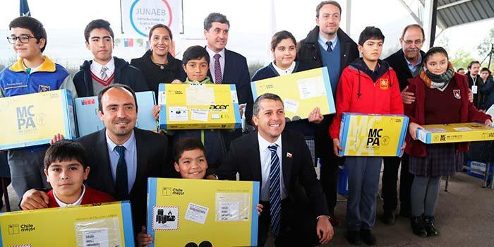 Intendente inicia entrega de computadores a más de 8.000 estudiantes de toda la Región