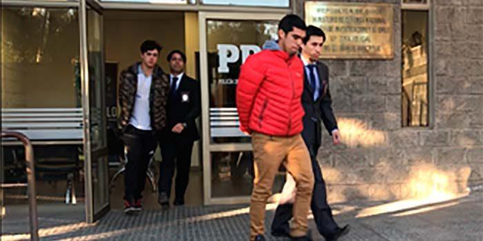 PDI detiene a dos sujetos en moto que intimidaban y robaban celulares a escolares