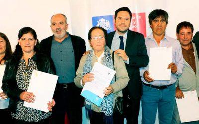Vecinos de villa San Antonio de Malloa reciben sus escrituras