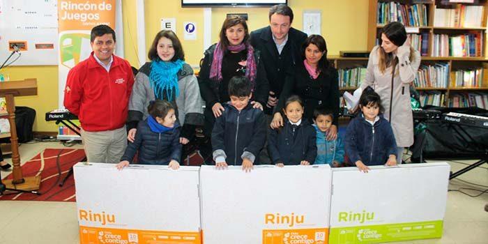 Niños y niñas del colegio Luis Oyarzún Peña de Santa Cruz reciben rincón de juegos