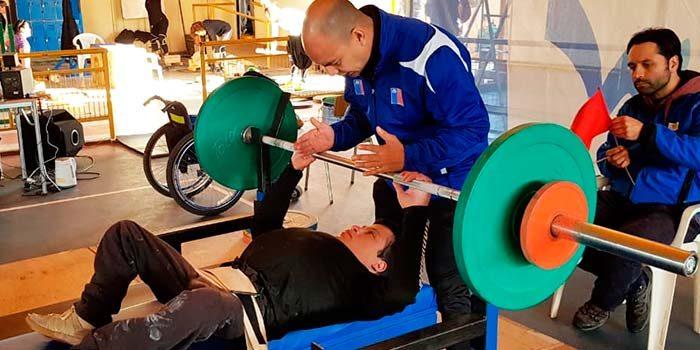 Pesista con capacidades diferentes se roba las miradas en Liga de levantamiento olímpico del Libertador
