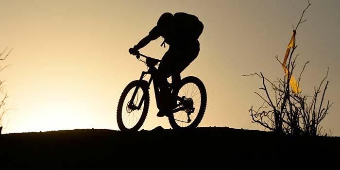 Celebra el día mundial sin automóvil andando en bicicleta