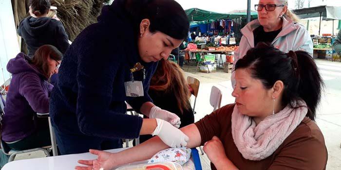 Más de 25 personas Hospital se tomaron exámenes preventivos en plena feria libre de Pichilemu